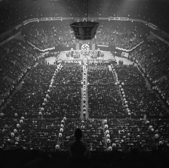 """""""Raduno nazista al Madison Square Garden"""" (New York, febbraio 1939) Questo evento, avvenuto alla vigilia della seconda guerra mondiale, è riuscito a radunare circa 20mila persone. Fotografia di autore ignoto."""