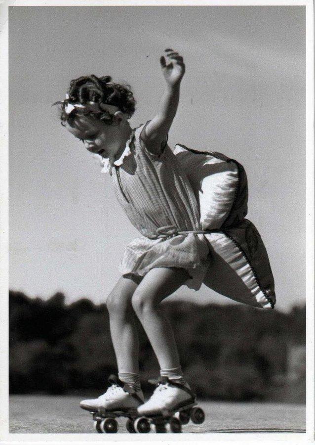 Bambina che impara a pattinare, anni '20