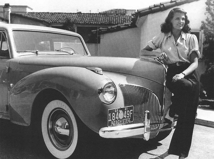 Rita Hayworth con una Lincoln Continental nel 1941