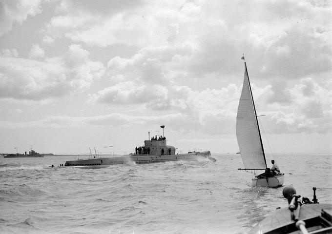 Sottomarino NRP Espadarte, sul fiume Tago (Lisbona, tra il 1930 e il 1939) Il NRP Espadarte fu il primo sottomarino acquisito dalla Marina portoghese. Fu in servizio tra il 1913 e il 1928, essendo stato utilizzato nella prima guerra mondiale. Fotografia di autore sconosciuto.