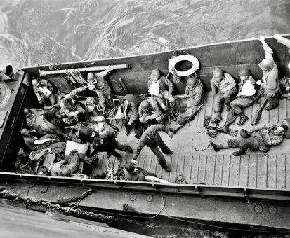 Un mezzo da sbarco americano trasporta soldati feriti dopo l'invasione della Normandia (6 giugno 1944). Fotografia dell'agenzia Reuters.