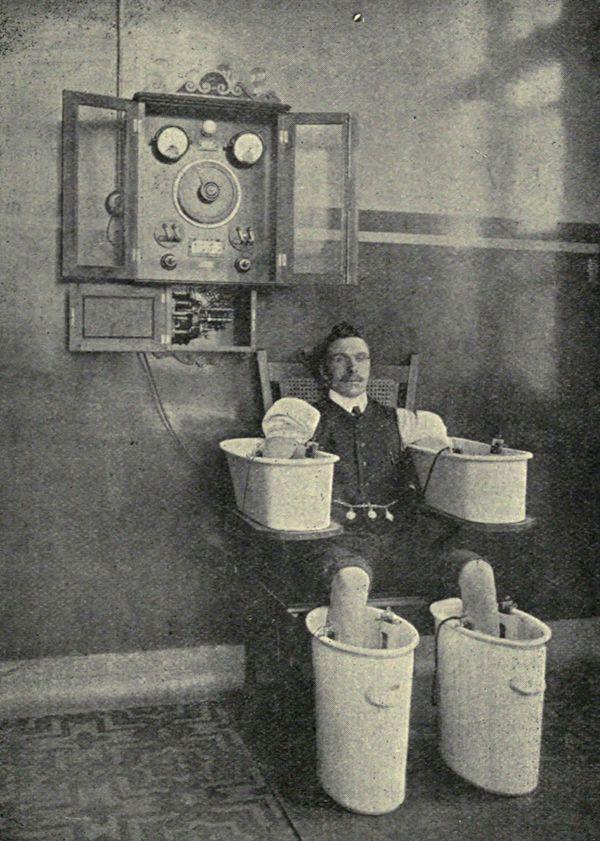 """Un paziente si sottopone allo Schnee Bath, 1910 circa. Inventato dal fisico tedesco Paul Schnee, lo """"Schnee Bath"""" era un trattamento idrogalvanico che serviva alla riabilitazione muscolare."""