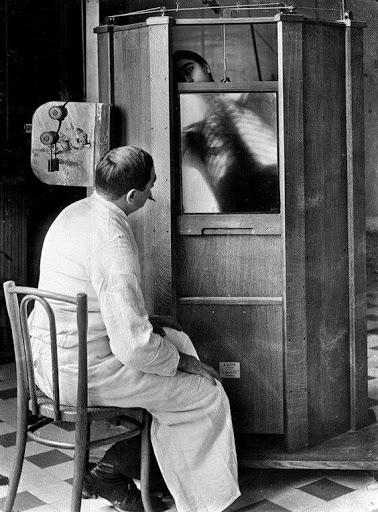 Una radiografia del torace in corso presso il dipartimento di radiologia del dott. Maxime Menard all'ospedale Cochin di Parigi, intorno al 1914. Mendard avrebbe perso il dito a causa degli effetti collaterali causati dall'uso della macchina a raggi X.