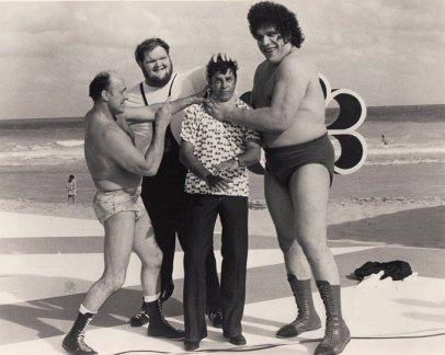 Jerry Lewis con Andre the Giant, il wrestler professionista Verne Gagne e il wrestler olimpico Chris Taylor