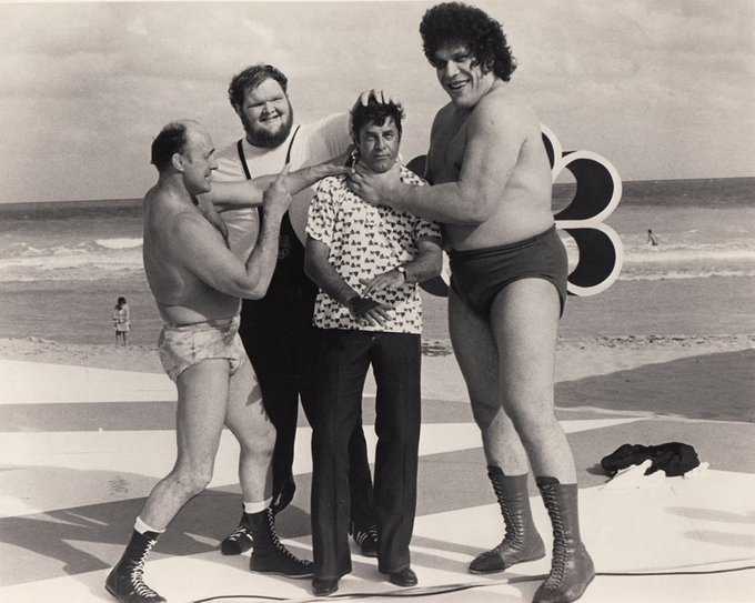 Jerry Lewis con Andre the Giant, il wrestler professionista Verne Gagne e il wrestler olimpico Chris Taylor