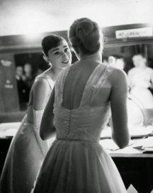 Audrey Hepburn e Grace Kelly nel backstage della 28a edizione degli Academy Awards nel 1956