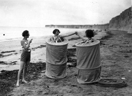 Donne che si cambiano discretamente su una spiaggia britannica, 1929