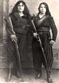 Due donne armene che prendono le armi per difendere la loro città di Zeitun durante i massacri di Hamidian del 1895