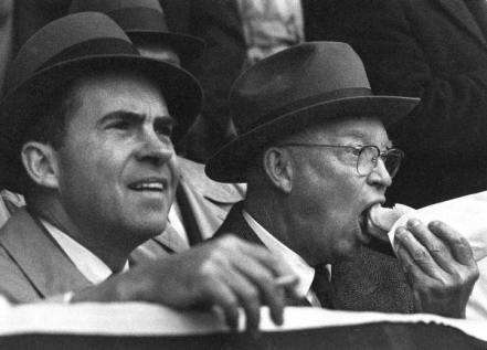 Dwight Eisenhower mangia un hot dog con Richard Nixon mentre i Washington Senators battono i Boston Red Sox, 1960