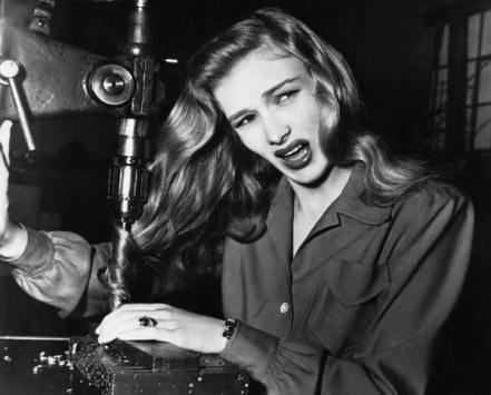 L'attrice Veronica Lake dimostra cosa può accadere alle operaie che non si legano i capelli, 1943