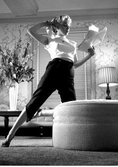 Marilyn Monroe legge una sceneggiatura a casa