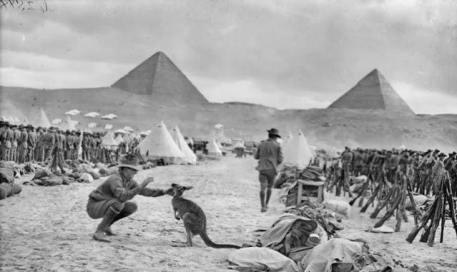 Un soldato australiano gioca con il canguro che funge da mascotte