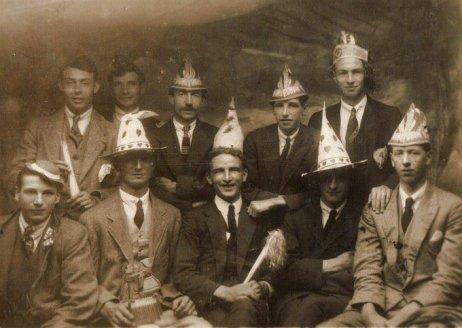 Uomini con cappelli da festa, anni '30