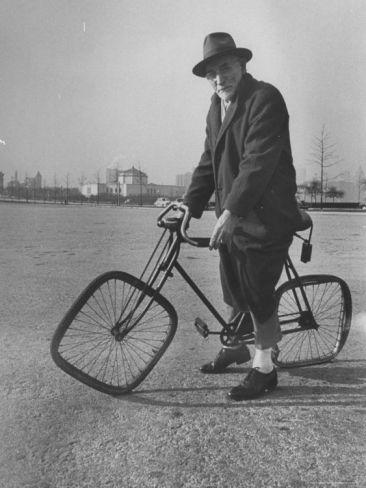 Bicicletta eccentrica con ruote quadrate L'immagine tratta dagli archivi della rivista LIFE è apparsa per la prima volta il 27 dicembre 1948