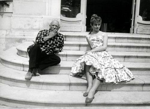 Brigitte Bardot e Pablo Picasso nel suo studio a Vallauris, 1956