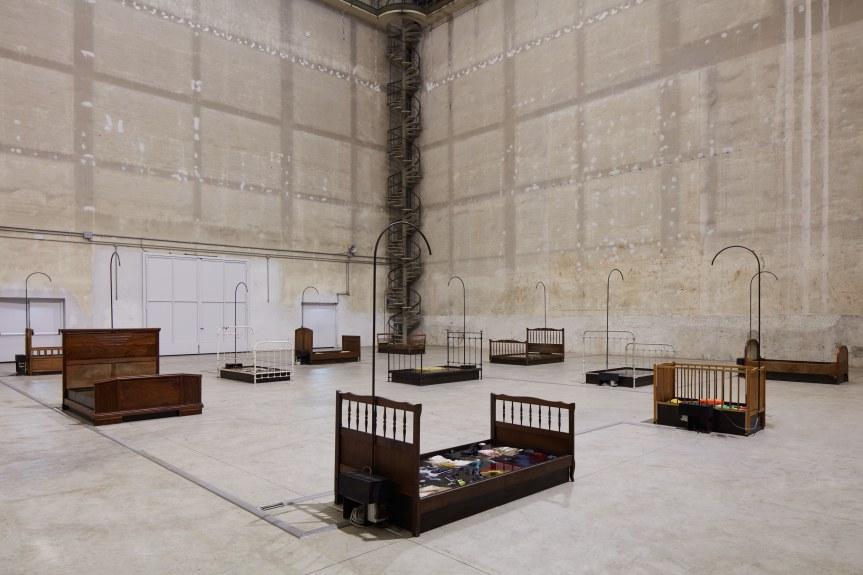 Chen Zhen, Jardin-Lavoir, 2000, Installation view, Pirelli HangarBicocca, Milan, 2020 © ADAGP, Paris Courtesy Pirelli HangarBicocca, Milan, and GALLERIA CONTINUA Photo: Agostino Osio