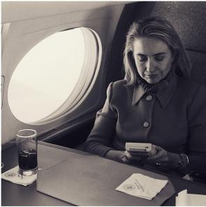 Hillary Clinton gioca a Gameboy su un volo nel 1993