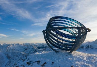 Our Glacial Perspectives by Olafur Eliasson. Il padiglione principale è modellato su una sfera armillare
