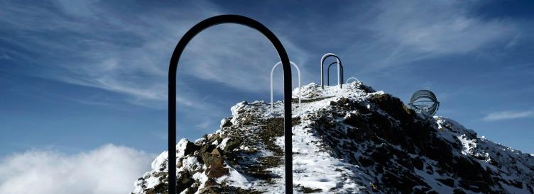 Our Glacial Perspectives by Olafur Eliasson. Nove porte sono poste lungo il percorso per suggerire le cinque ere glaciali