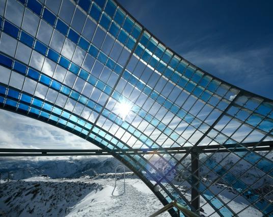 Our Glacial Perspectives by Olafur Eliasson. Gli anelli diagonali riempiti di vetro segnano il percorso che il sole percorre nel cielo