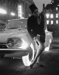 Il produttore di pneumatici Goodyear, nel 1961, ha creato un pneumatico luminoso con una serie di lampadine all'interno del cerchione. Goodyear voleva persino produrli in diversi colori. La signora qui sta dimostrando quanto le servano per sistemarsi la sua calza.