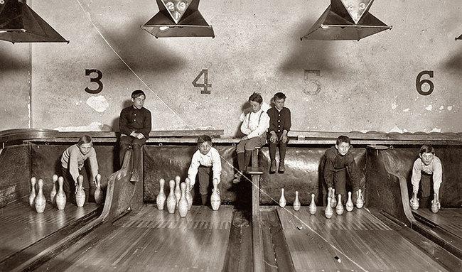 """Prima che venissero inventati i posizionatori automatici, i """"pin boys"""" lavoravano per allinearli manualmente. 1914"""
