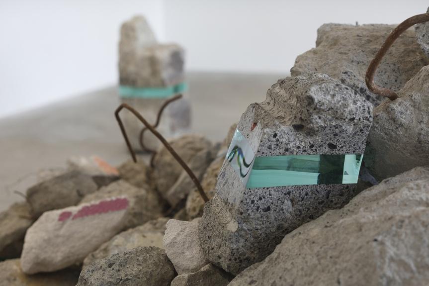 """Ramon Todo. """"Debris"""" (2016), detriti e vetro stratificato"""