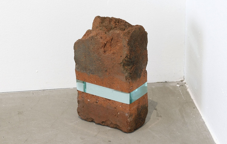 """Ramon Todo. """"Chikuho Red Brick"""" (2020), pezzi di mattoni raccolti da Iizuka City e vetro, 7 1/5 × 4 2/5 × 2 2/5 pollici"""