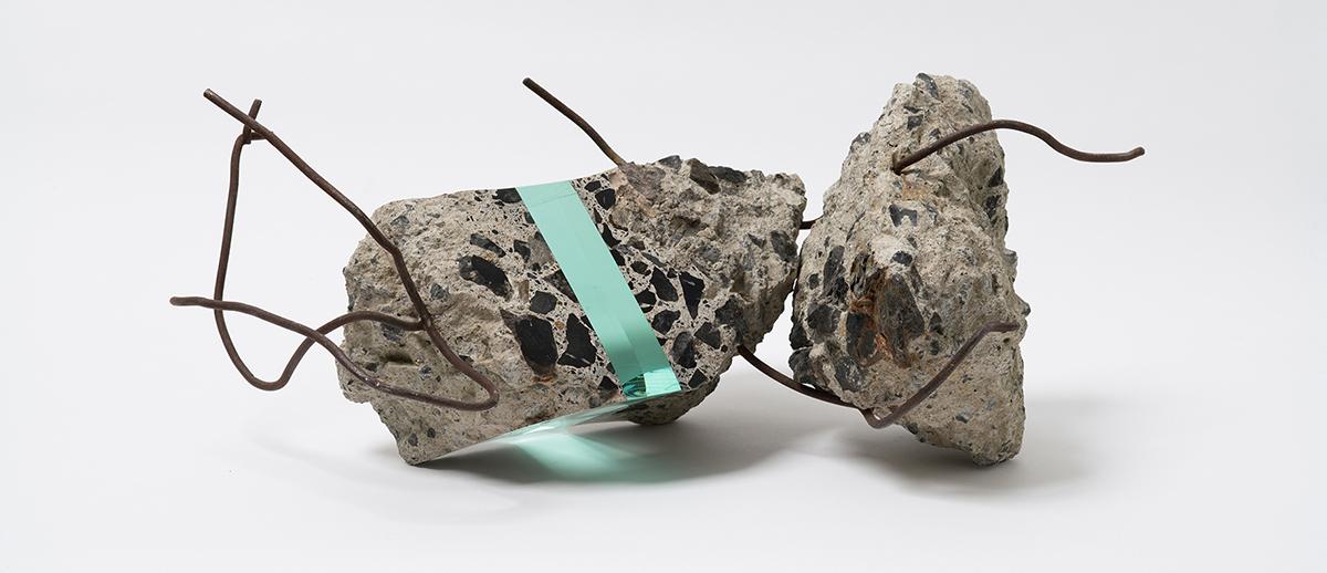 "Ramon Todo. ""Debris 267703"" (2016), detriti e vetro, 23 4/5 × 7 7/10 × 5 3/5 pollici"