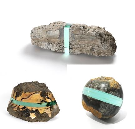 """Ramon Todo. In alto: """"Debris - 267411"""" (2014), detriti e vetro, 8 1/10 × 23 3/5 × 7 1/10 pollici. A sinistra: """" oT-GS"""" ( 2018) pietra e vetro stratificato, 11 × 16 1/2 × 8 3/10 pollici. A destra: """" oT -dtk267801"""" (2016), pietra di Datekan e vetro, 7 1/5 × 7 1/5 × 7 pollici"""