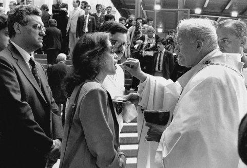 Casal Freitas do Amaral riceve la comunione da Papa Giovanni Paolo II (Santuário de Fátima, 13 maggio 1983). Fotografia di Alfredo Cunha