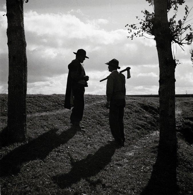 Due operai dell'Alentejo, anni '40 / '50. Fotografia di Artur Pastor