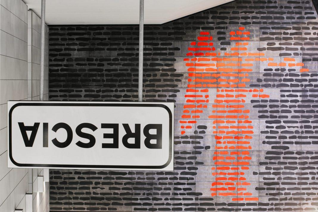 Emilio Isgrò, Incancellabile Vittoria, 2020, Stazione FS della metropolitana di Brescia. Fotografia di Alessandra Chemollo