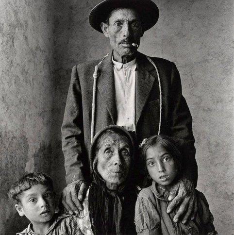 Famiglia zingara (Extremadura, Spagna, 1965). Fotografia di Irving Penn