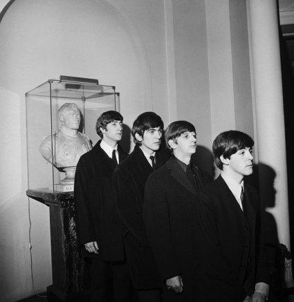 I Beatles posano con un busto di Napoleone, Parigi 1964