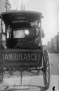 La dottoressa Elizabeth Bruyn siede nella parte posteriore della sua ambulanza trainata da cavalli negli Stati Uniti, intorno al 1911