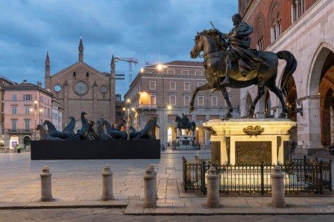 Mimmo Paladino, PaladinoPiacenza. Installazione Piazza Cavalli, Piacenza. Fotografia di Lorenzo Palmieri