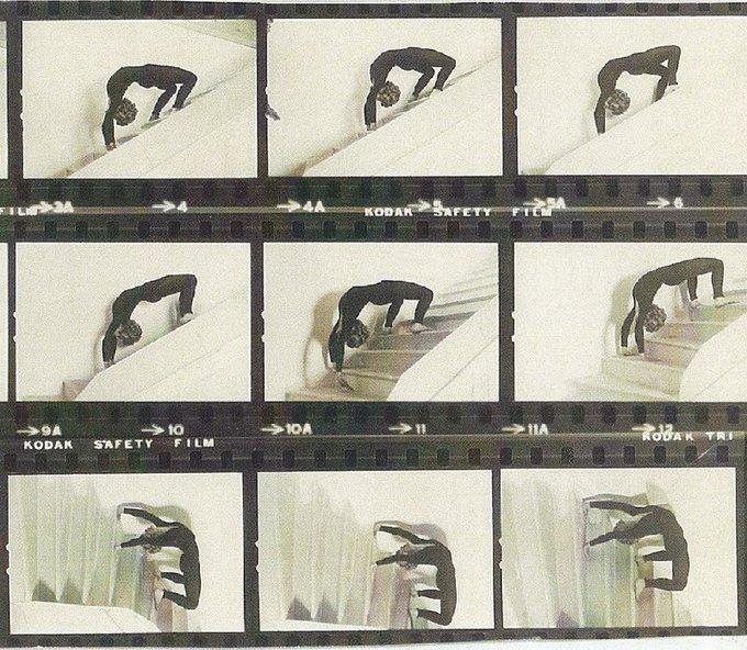 Queste foto scattate durante le prove della scena della camminata del ragno mostrano che Ann Miles non aveva bisogno di un'imbracatura speciale per eseguire l'acrobazia. Dal film L'esorcista