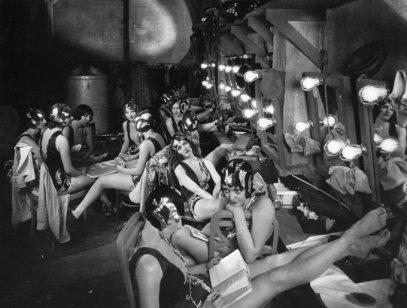 Ragazze del coro che si rilassano nel camerino tra le scene durante le riprese di Broadway, 1928