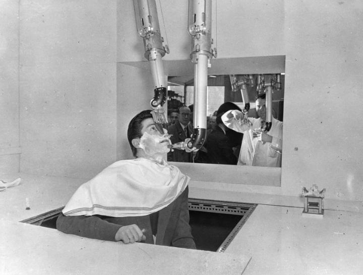 1957, questa foto è stata scattata in un impianto nucleare durante un test su un'invenzione futuristica su una cavia umana