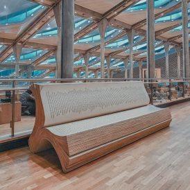 Panchine a forma di libro nella Biblioteca di Alessandria, Egitto