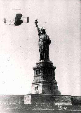 Wilbur Wright vola intorno alla Statua della Libertà