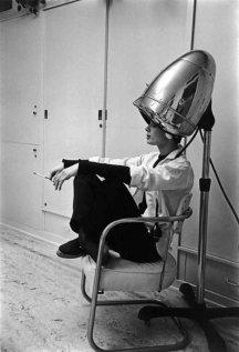 Audrey Hepburn, sotto il casco asciugacapelli, fuma una sigaretta
