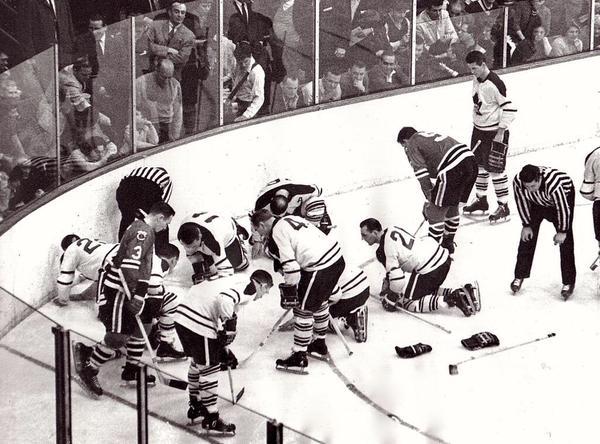 Blackhawks e Maple Leafs alla ricerca di una lente a contatto, 1962
