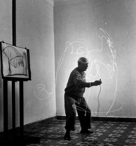 Pablo Picasso mentre realizza un disegno di luce, 1949