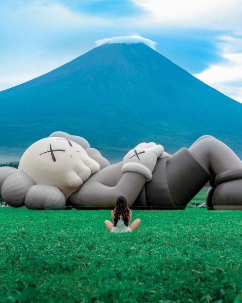 KAWS Holiday in Giappone L'installazione artistica Kaws: Holiday Moving Art è iniziata a Taipei nel maggio 2019. Da allora, la sua iconica scultura lunga 40 metri ha girato Seoul e Hong Kong ed è atterrata in Giappone, ai piedi del Monte. Fuji.