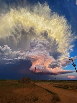 Mentre inseguiva un tornado vicino alla piccola città di Earth, in Texas, la fotografa Laura Rowe ha catturato questa enorme nuvola filtrata dalla luce solare pastello