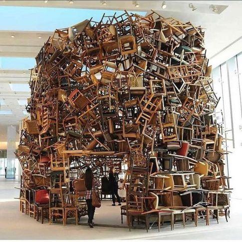 """""""Left behind"""", opera di Tadashi Kawamata, è un monumento a coloro che sono stati lasciati indietro dal sistema educativo"""