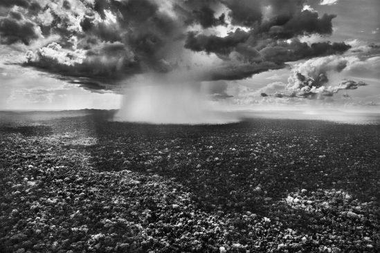 La pioggia è così intensa nel Parco Nazionale della Serra do Divisor che sembra un fungo atomico. Stato di Acri, 2016. Fotografia di Sebastião Salgado