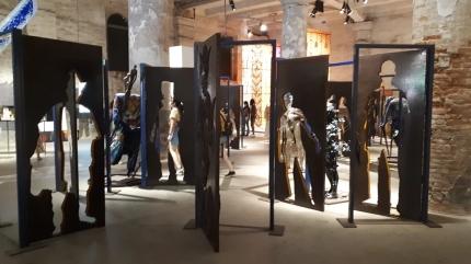 """Ad aprire la #mostra alle Corderie Dell'Arsenale, l'installazione """"Alasiri"""" (custode dei segreti) dell'artista nigeriano Peju Alatise. Composta da 40 porte e 13 figure umane, rappresenta la diversità delle identità e le barriere che spesso si frappongono tra loro."""